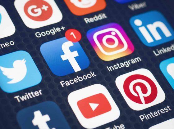 Posts supprimés, règles plus strictes : Facebook et Twitter face aux fake news sur le coronavirus